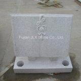 真珠の白い花こう岩のローズが付いている開いた本の墓石