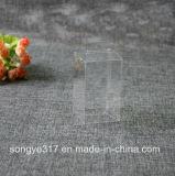小さいペットは明確なプラスチックの箱をもてあそぶ