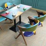 北欧様式の現代レストランの木の食事の椅子