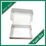 Caixa de papelão ondulada branca com impressão de logotipo