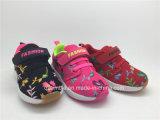 子供のスポーツの運動靴の刺繍を開花する