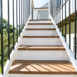 Im Freienquadrat und rundes schwarzes Geländer für Treppenhaus