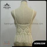 縁を付けられたかぎ針編みの穀物の上の適度な水着