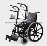 يقف ردّ اعتبار طبّيّ [وهيلشر] يدويّة فوق كرسيّ ذو عجلات لأنّ حالة شلل مريض