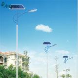 Lumière de rue solaire LED pour route avec poteau de bras simple