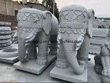 회색 화강암 공장에서 큰 코끼리 동상을 직접 새기는 돌 동물성 조각품