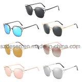 Óculos de sol espelhados das mulheres das lentes do olho de gato da forma