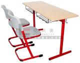 中学校の木の調査の倍の机および椅子