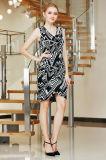 V o vestido de Sleevelss MIDI da garganta com a saia da camada dobro e cruza sobre o Hem.