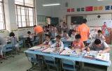 Enfants d'approvisionnement d'usine apprenant des jouets