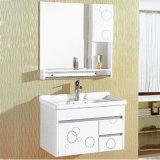 En PVC de couleur blanche à montage mural Salle de bains avec miroir de courtoisie