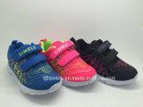 La double maille de Velcro folâtre les chaussures de course pour des enfants