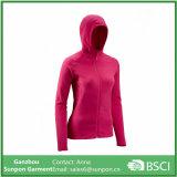 여자의 두건이 있는 라이트급 선수는 분홍색 양털 재킷을 털을 깎는다