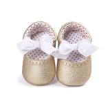 幼児の女の赤ちゃんの男の子のスニーカーの静かに唯一の弓靴