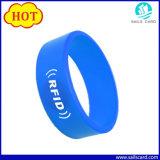 13.56MHz de Manchet van het Silicone van Mfare S50 RFID van de armband met Embleem