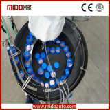 Agua que embotella siguiendo la máquina que capsula con la función automática de la lubricación