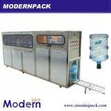 Выпивая вода в бутылках 5 галлонов заполняя машину продукции
