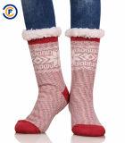 Il vitello lanuginoso delle nuove donne di stile colpisce con forza i calzini alla moda dei calzini di modo