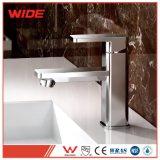 La porcelaine sanitaire pont large poignée unique monté sur le bassin en laiton robinet (DACK série)