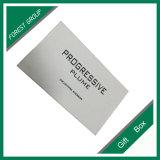 Caixa de cartão branca com impressão preta do logotipo