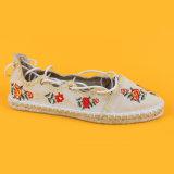 La fabbrica 2017 piana fuori da bianco merletta in su le scarpe di tela per le donne