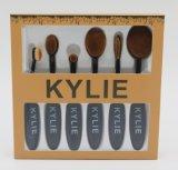 Cepillo del maquillaje de Kylie con el producto de limpieza de discos de la cara y la esponja del maquillaje