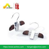 Percha de madera de las bragas con el solo clip