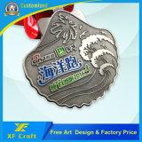 記念品(XF-MD14)のためのスポーツメダルをハイキングする安いカスタマイズされた旧式な銅の金属