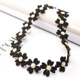 白い円形のラインストーンの黒の花の革チョークバルブのネックレス