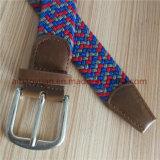 Pequeño plano de la hebilla con trenzado de hilos de 3 colores de la correa de tejido elástico