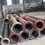 管を運ぶ並べられたプラスチック鉱石の濃縮物