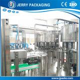 Завод автоматического сока вина пива питьевой воды разливая по бутылкам заполняя покрывая