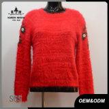 女性は赤い植物相の袖のプルオーバーのセーターを作る