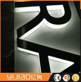 Im Freienbekanntmachenlaser, der Backlit Zeichen-Acrylzeichen schneidet