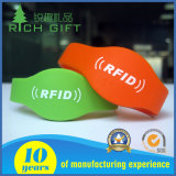 Kundenspezifischer purpurroter Wristband mit schwarzem Firmenzeichen-Drucken