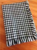 フリンジWj10301014が付いている女性のHoundstoothのスカーフの新式の卸売