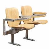 学校の教室学生の机および椅子