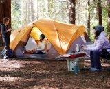Tenda di campeggio della grande famiglia con 2 stanze