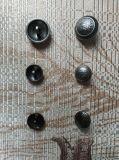 La queue à coudre les boutons de métal pour les uniformes