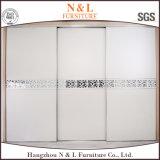 白いカラーPVCドアが付いている木製の引き戸の戸棚のワードローブ