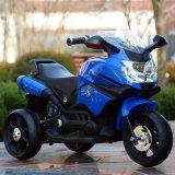 Passeio elétrico do miúdo na motocicleta