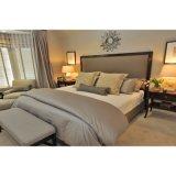現代ホテルの部屋の家具の寝室の舞台装置を完了しなさい