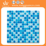 プールの青い混合物ガラスのモザイク