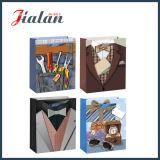 Les vêtements de l'homme bon marché de papier enduit bourrant des sacs de cadeau de transporteur d'achats