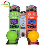 Easyfun attorno alla macchina del simulatore del gioco della vettura da corsa di carnevali