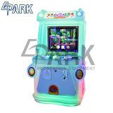 ゲーム・マシンに当っている硬貨によって作動させる子供