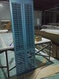 Windowsの木シャッターによって塗られる青い色度標準の傾き棒