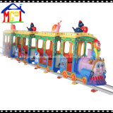 Jipe que persegue o passeio do trem elétrico do carro para o divertimento da família