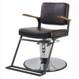 Salón que labra la silla con el peluquero espacioso del reposapiés que labra la silla