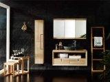 El cuarto de baño de conjunto de los armarios de madera